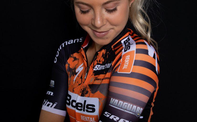 Il team Boels-Dolmans mostra con orgoglio la nuova attrezzatura della squadra ciclistica Boels Dolmans 2020
